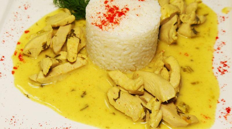 Куриное филе в сливочно-луковом соусе с карри