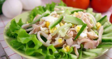 Салат из авокадо и консервированной кукурузы с кальмарами