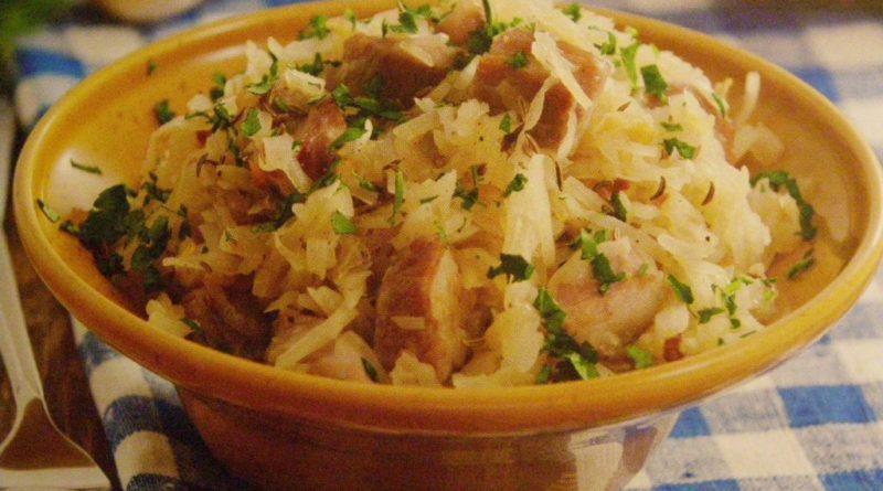 Традиционный немецкий салат с квашеной капустой