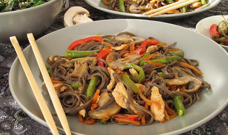 Лапша с курицей, грибами и овощами по-китайски