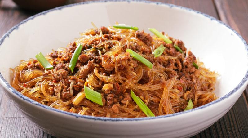 «Муравьи взбираются на дерево» - блюдо китайской кухни