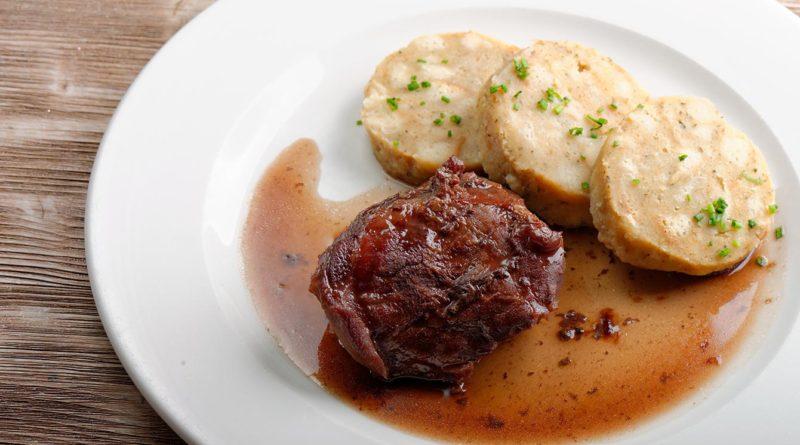 Картофельные кнедлики с мясным соусом - клёцки по-чешски
