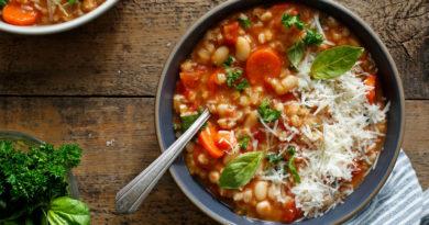 Итальянский суп с листовой капустой, сельдереем и белой фасолью