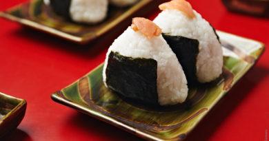 Онигири с лососем по-японски