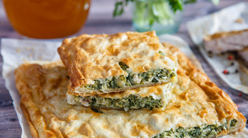 Греческий пирог со шпинатом и мягким овечьим сыром