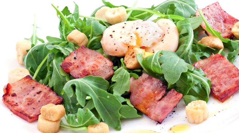 Салат «Лардон» с яйцом-пашот по-французски