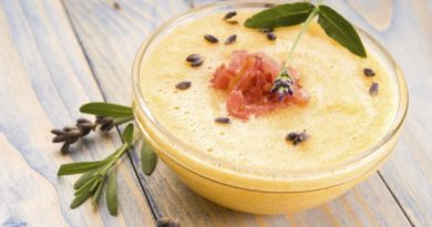 Холодный суп из дыни с пармской ветчиной и лавандой