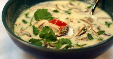 Тайский суп с курицей, грибами и галангалом (имбирем)