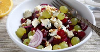 Салат, пирог и желе с виноградом