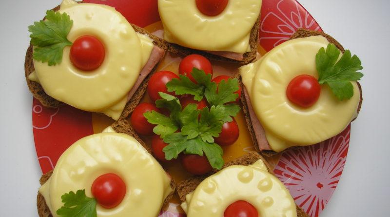 Закуска немецкой кухни, представляющая собой запечённый ломтик тостового хлеба, смазанного маслом, с ветчиной, кружочком свежего или консервированного ананаса и ломтиком плавленого сыра. Горячий тост иногда сверху дополнительно украшают коктейльной вишенкой. Гавайский тост был придуман в 1955 году, впервые он появился в передаче первого немецкого шеф-повара, ведущего свое кулинарное шоу на телевидении, Клеменса Вильменрода. Рецепт был придуман на волне интереса немцев к экзотическим странам и их кулинарным традициям. Тогда же была изобретена и хорошо известная в наши дни во всем мире гавайская пицца – также с ветчиной и ананасами.