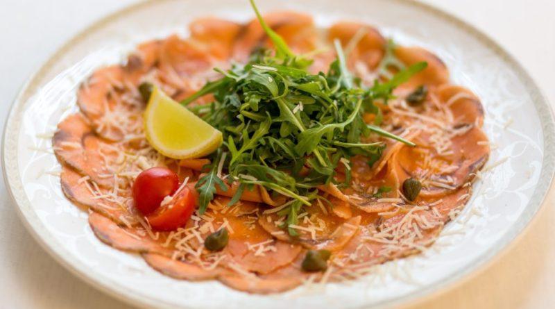 Карпаччо из лосося, тунца и морского гребешка с икрой ассорти по-итальянски