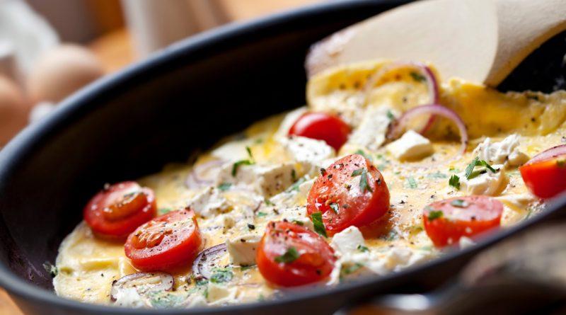 Брынза с овощами, колбасой и яичницей, запечённая в духовке и другие рецепты с брынзой
