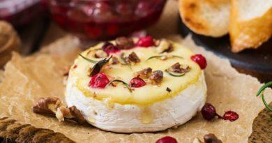 Камамбер с мёдом и орехами и Жареный камамбер с клюквенным соусом