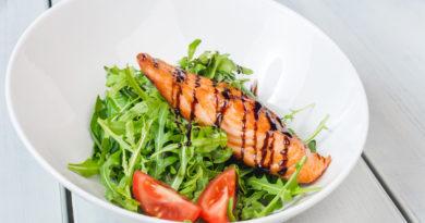 Филе лосося со спаржей и бальзамиком и салат с бальзамической заправкой