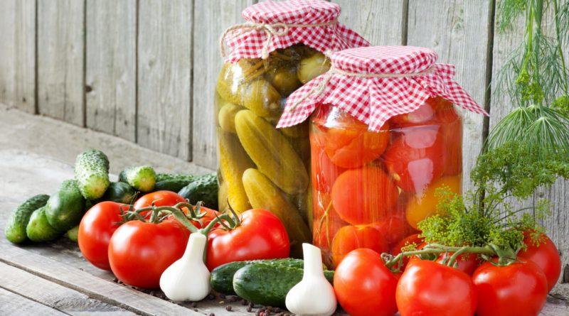 Соленые огурцы и помидоры