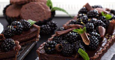 Ежевичный пирог со штрейзельной крошкой и Шоколадный торт с ганашем и ежевикой