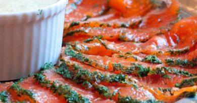 Шведский гравлакс («похороненный лосось») с горчичным соусом