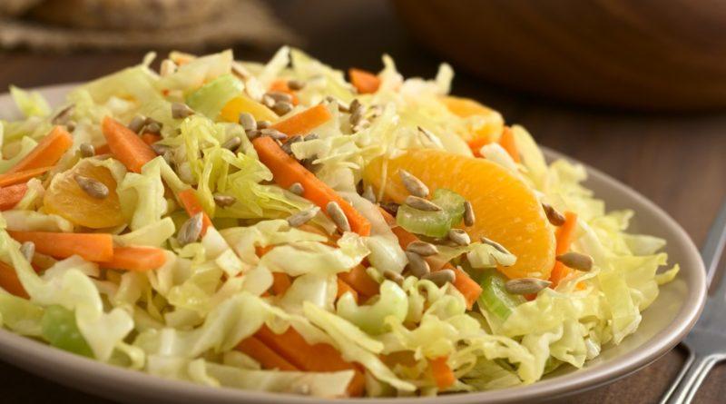 Салат из капусты с апельсином и семенами подсолнечника