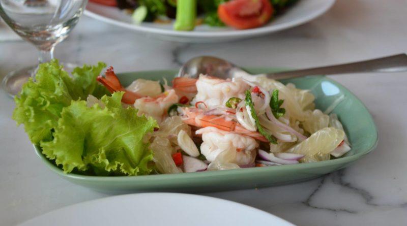 Салат из помело с креветками по-азиатски