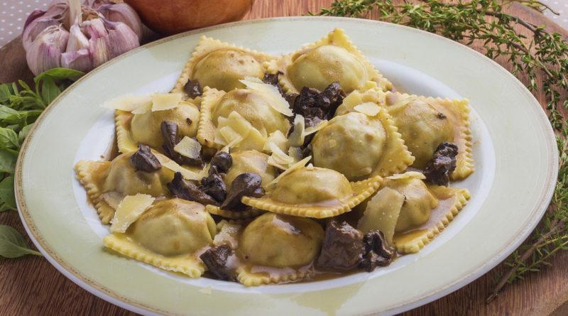 Равиоли с грибами, с мясным фаршем и томатным соусом по-итальянски