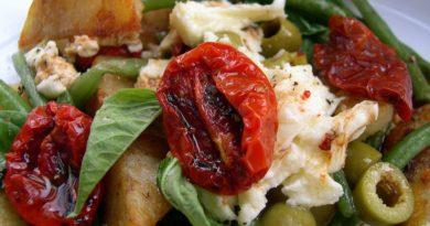 Салат с фризе, вялеными помидорами и куриной грудкой