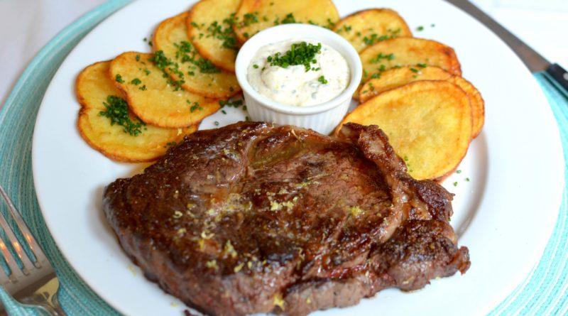 Эскалоп из говядины с хрустящим луком и картофелем по-европейски