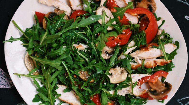 Тёплый салат с куриной грудкой и рукколой по-азиатски