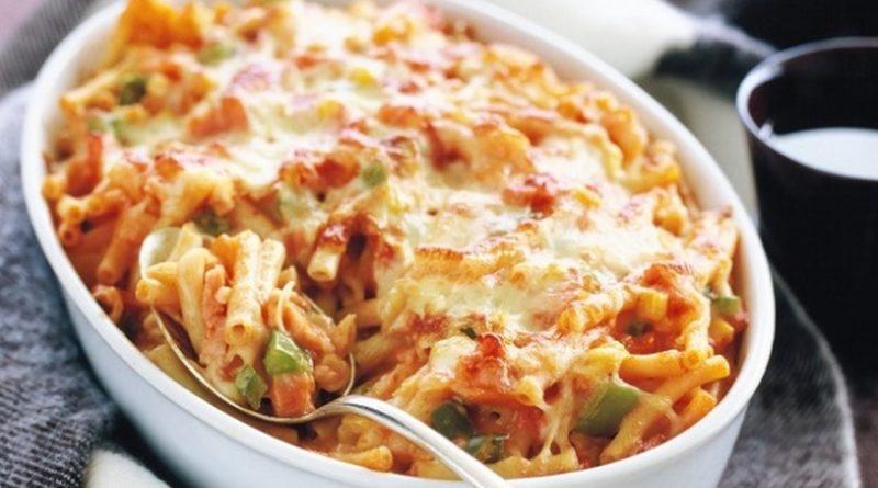 Тортильони (толстые макароны), запечённые с мясным соусом и сыром по-итальянски